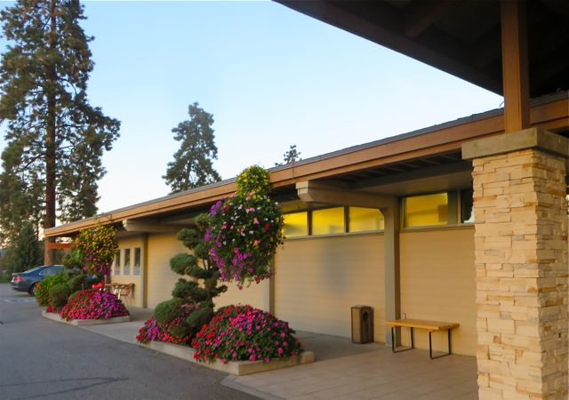 The event took place at the Kelowna Golf and Country Club.  Their flowers are look wonderful for this time of the year.